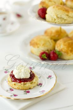 English scones, jam and cream are essential components of the quintessential English Cream Tea. but in which order do you put the jam and cream? Yummy Treats, Delicious Desserts, Yummy Food, Clotted Cream Recipes, Cornish Cream Tea, Fresco, How To Make Scones, English Scones, Tea Sandwiches