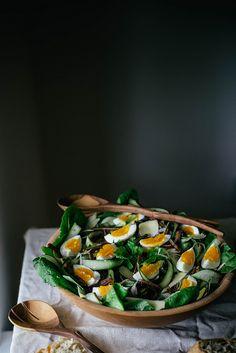 Ensalada de espárragos, huevos y tocino con suero de mantequilla de hierbas