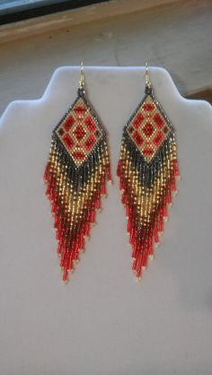 Native American Style Beaded Geometric Earrings in Red Gold Beaded Earrings Native, Beaded Earrings Patterns, Seed Bead Patterns, Native Beadwork, Native American Beadwork, Native American Fashion, Seed Bead Earrings, Beading Patterns, Fringe Earrings