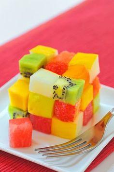 まるでルービックキューブのように盛りつけられたフルーツたち!季節のフルーツを使って、好きなように組み合わせられるのが魅力。