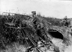 Frente occidental. Un soldado alemán apunta con un fusil especialmente construido para disparar a los tanques ingleses.