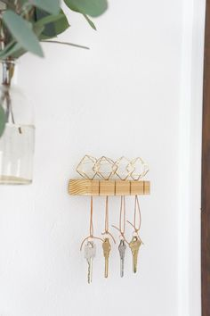 DIY Modern Key Holder Need to organize your entry? Get started with this modern key holder! Diy Wand, Declutter Your Home, Organizing Your Home, Organising, Mur Diy, Wall Key Holder, Key Holders, Diy Key Holder, Deco Nature
