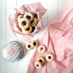 """Diese Kekse nennt man (glaubs vor allem in Deutschland) """"Engelsaugen"""" hmmm… Also für mich sehen die nicht so aus wie ich mir die Augen von Engeln vorstelle – darum nenne ich…"""