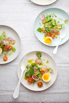 料理に、赤、黄、緑の食材を添えると色合いが美しくなります。トマトや赤と黄のパプリカ、パセリなどを最後に散らすだけで、違うお料理のように見栄えが良くなります。