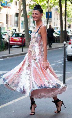 Street style look com vestido paetê.