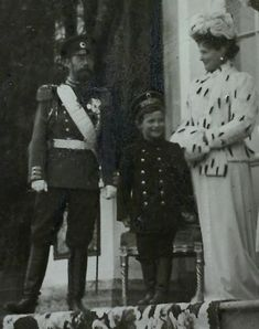 Tsarevich Alexei Nikolaevich Romanov (1904-1918) with his father Tsar Nicholas II (Nikolay Alexandrovich Romanov) (1868-1918) Russia & his mother Empress Alexandra Feodorovna (Princess Alix of Hesse) in 1910, at their Palace in Livadia near the Black Sea.