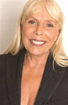 A beautiful, more mature Joni Mitchell ~ the light definitely shines through :) Free Man In Paris, Jazz Musicians, Music People, Mademoiselle, She Song, Music Icon, Aging Gracefully, Female Singers, Celebrities
