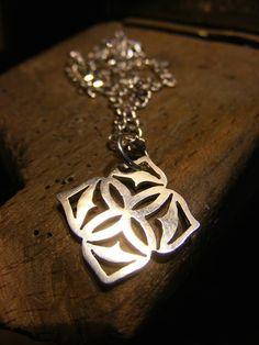 Mira este artículo en mi tienda de Etsy: https://www.etsy.com/es/listing/220883700/mandala-necklace-handmade-silver