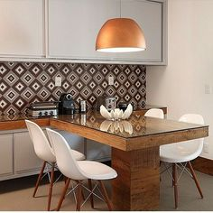 Sala de almoço, destaque para a mesa em madeira de demolição com tampo de vidro e para o lustre cobre, belíssima composição!!! Projeto by @wenk_gama #diningroom #kitchen #cocina #cozinha #copa #homedecor #architect #decoration #interiordesign