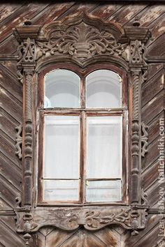Janela russa com esquadrias Tomsk, de madeira.  Fotografia: Ivan Hafizov.