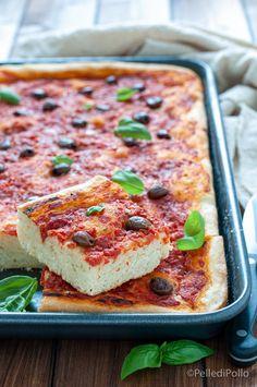 Gustosa e soffice #focaccia con #pomodoro #olive e origano, con impasto semplicissimo #ricetta #pizza #pizzainteglia #homemade