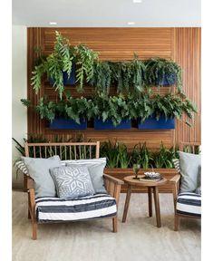 Excelente sugestão para quem quer ter uma parede verde ou jardim vertical . Foram usadas floreiras pintadas na cor Azul Klein, que deu todo um charme a mais no projeto. ( varanda paisagismo decoração)
