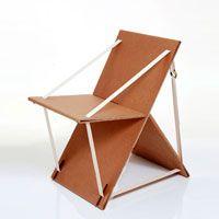 Cadeira portátil fabricada com caixa de papelão