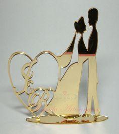 Confeccionado com acrílico, corte especial laser. <br>Arte personalizada com noivinhos e iniciais de acordo com a escolha dos noivos. <br> <br>Confeccionado em uma das cores especiais: Prata espelhado e dourado espelhado.
