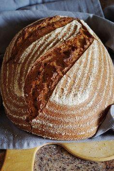 Друзья, привет! Хочу вас познакомить с моим любимчиком – пшеничным цельнозерновым хлебом с небольшой добавкой ржаной муки. Почему-то так получается, что хлеб, который чаще всего пеку, в блоге появляется в последнюю очередь, сюда же несу что-то поинтереснее. А вот до самого простого руки не доходят. Так вот, наконец-то дошли после очередного испеченного ароматнейшего хлеба!