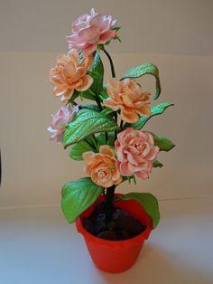 Deixe sua casa mais charmosa ou presenteie quem você ama com este lindo Arranjo Floral.  Vaso em plástico de excelente qualidade.    Confeccionamos em todas as cores.    Consulte-nos