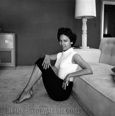 Dorothy Dandridge relaxing on the living room floor of her Beverly Hills home. Los Angeles, CA Dorothy Dandridge was the first African American to be nominated for an Academy Award. Dorothy Dandridge, Vintage Black Glamour, Vintage Beauty, Vintage Fashion, Vintage Hipster, Retro Fashion, Vintage Style, Hollywood Glamour, Old Hollywood