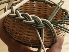 Obrazek Diy And Crafts, Arts And Crafts, Paper Crafts, Rattan Basket, Wicker, Paper Basket Weaving, Basket Willow, Wire Bookmarks, Newspaper Basket