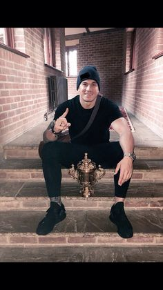 Sonny Bill Williams with the Webb Ellis Cup Rugby League, Rugby Players, All Blacks Rugby Team, Dan Carter, Sonny Bill Williams, Australian Football, Rugby Men, Boyfriend Goals, Man Crush