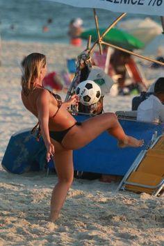 Namorada de Romário exibe boa forma durante jogo de futevôlei em praia do Rio