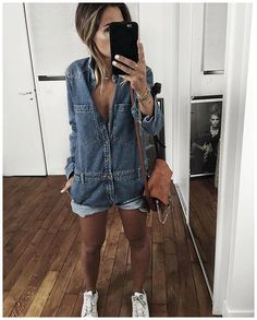 Pin for Later: Les 27 Françaises les Plus Stylées à Suivre Sur Instagram Audrey Lombard Son Instagram: @audreylombard Ce à quoi vous pouvez vous attendre: De jolis close-ups avec beaucoup de denim, de looks monochromes, et de baskets.
