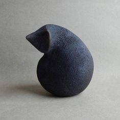 Sculpture en céramique dun chat une figurine de chat une