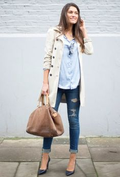 jeans rotos, gabardina beige y camisa azul