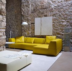 Кожаные диваны (45 фото): презентабельно, престижно, комфортно http://happymodern.ru/kozhanye-divany-45-foto-prezentabelno-prestizhno-komfortno/ Роскошное угловое спальное место яркого желтого цвета