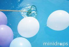 SCHATZJAGD Benötigt werden ✓ Luftballons ✓ Süßigkeiten ✓ Kescher, Einkaufsnetze o.ä. Vorbereitung: Viele Ballons werden aufgeblasen und ein Teil davon mit kleinen Süßigkeiten befüllt. Dann gibt man die Ballons auf die Wasseroberfläche. Evtl können noch ein paar Blumen dazwischen verteilt werden. Es geht los: Ein Spieler steht am Beckenrand und versucht die Luftballons mit dem …