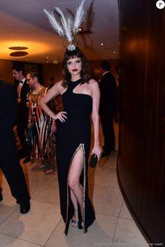 Agatha Moreira escolheu vestido preto fendado da Versace, com brincos de esmeralda e rubi e enfeite de cabeça com plumas para o Baile da Vogue 2016