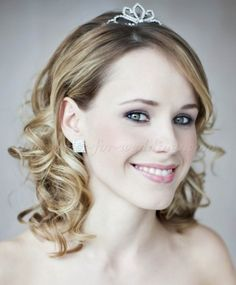 shoulder length wedding hairstyle with tiara