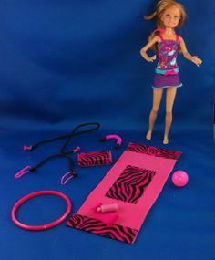 DIY Barbie Doll Exercise and Workout Equipment Barbie Accessories, Diy Accessories, Diy Doll Projects, Barbie Wardrobe, Doll House Plans, Barbie Dream House, Workout Accessories, Barbie Furniture, Clothes Crafts