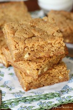 White Chocolate Biscoff Blondies - If you love the Biscoff cookies you get on a plane you'll love these bars. They are really moist and oh so yummy. Tried this recipe tonight and they turned out perfect. First pin complete. Mini Desserts, Just Desserts, Delicious Desserts, Dessert Recipes, Cupcake Recipes, Desserts Menu, Bar Recipes, Dessert Ideas, Paleo Recipes