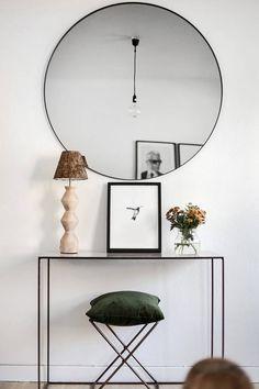 espejo redondo, muebles estrechos para zonas de paso