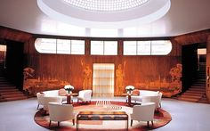 Eltham Palace, Eltham an elaborate home with sumptuous art deco interiors This is the extravagant entrance hall, with domed glass roof and curved wood-lined walls. Deco London, London Art, Art Deco Stil, Art Deco Home, Art Nouveau, Eltham Palace, Interior Architecture, Interior Design, Modern Interior