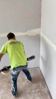 Putting on angles with a bazooka - ImPane Drywall, Tiling Tools, Cool Gadgets To Buy, Construction Tools, Diy Home Repair, Work Tools, Cool Inventions, Home Repairs, Diy Home Crafts