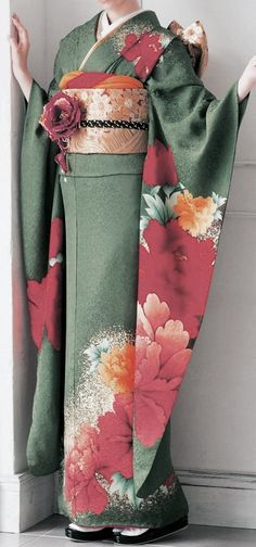 Furisode - one of my favorite Furisode kimono, this in green Traditioneller Kimono, Furisode Kimono, Mode Kimono, Kimono Japan, Green Kimono, Japanese Outfits, Japanese Fashion, Asian Fashion, Japanese Clothing