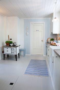 Huset i Lunden: Reportasje i Lev Landlig Cottage Kitchens, Home Kitchens, Swedish Cottage, Painted Wood Floors, Cottage Interiors, Scandinavian Home, Living Room Kitchen, Home Hacks, Rustic Farmhouse