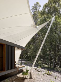 Located in the clearing of a forest in Eumundi, Australia, this tent house was designed by Sparks Architects Pty Ltd in 2016. The home covers an area of 344 m2, and provides the perfect home for a family that enjoys contact with nature. At first glance, its roof reminds us of the typical tents seen in circuses. However, seeing it at the top of the hill, under the shade of..