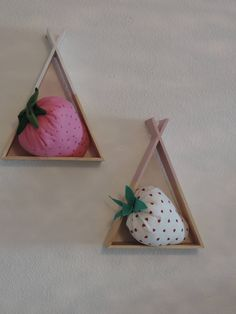 It is adorable, soft and cuddly to make the delights of the small and not so small. In embroidered or white pink with red hearts. Planter Pots, Strawberry, Party, Red, Pink, How To Make, Handmade, Home Decor, Strawberry Fruit