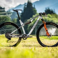 Thule Bike, Best Bike Rack, Cross Country Bike, Mountain Biking Women, Bike Photoshoot, Mountain Bike Accessories, Bike Photography, Urban Bike, Bike Rider