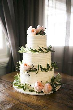 dreistöckige Hochzeitstorte mit Pfingstrosen und Eukalyptus