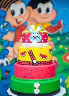 Com dicas simples do bolo a mesa, veja como fazer uma incrível decoração com os personagens da Turma da Mônica. Os personagens da Turma da Mônica são um grande ícone das histórias em quadrinhos brasileiras, fazendo muito sucesso com as crianças. Publicidade Decoração de festa da Turma da Mônica Se você pensa em fazer uma… Bolo Fack, Cupcake Cakes, Cupcakes, Jungle Cake, Summer Cakes, Fiesta Party, Pretty Cakes, Celebration Cakes, Themed Cakes