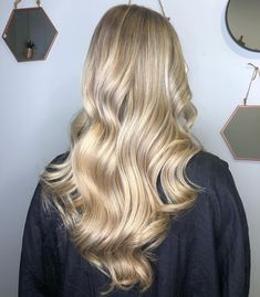 Does your client want clean and shiny blonde hair? Look no further than these beautiful pearl blonde formulas for the prettiest of blonde color results, created using Wella Professionals. Soft Blonde Hair, Caramel Blonde Hair, Pearl Blonde, Blonde Hair Looks, Makeup Tips For Older Women, Hair Color Formulas, Champagne Blonde, Fall Hair Colors, Hair Painting