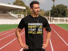 Think I can't lift 100 pounds? Show the world that you won't let anything get in your way with this challenge accepted t-shirt. This T-Shirt Sweat Shirt, Tee Shirt Homme, Sport T Shirt, Funny Shirts, Tee Shirts, Running Humor, Funny Running, Running Gear, Born To Run