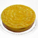 Torta de Abacaxi Diet feito com: Bolo branco recheado com creme de abacaxi, decorado com fatias de abacaxi.