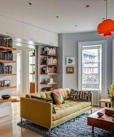beige-wohnideen-fürs-wohnzimmer-gelbes-sofa-viele-regale