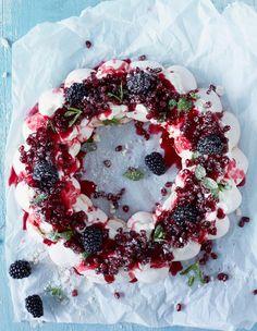 Marenkikranssi // Meringue Wreath Food & Style Elina Jyväs Photo Riikka Kantinkoski Maku 8/2014, www.maku.fi