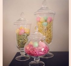 Decorare casa per Pasqua - Vasi trasparenti riempiti con uova colorate