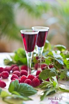 Not this exact recipe but I love infusing vodka and gin with raspberries and fruit Cocktails, Non Alcoholic Drinks, Wine Drinks, Beverage, Yummy Drinks, Healthy Drinks, Homemade Wine Recipes, Raspberry Liqueur, Polish Recipes